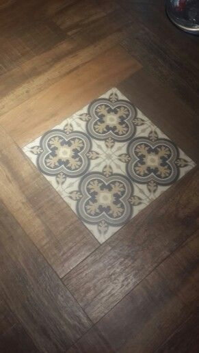 porcelanato simil madera con baldosas calcareas.
