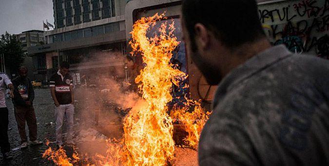 Συγκλονιστικές εικόνες από τα επεισόδια στην Τουρκία: Τα επεισόδια στην Κωνσταντινούπολη γρήγορα πήραν άγρια τροπή