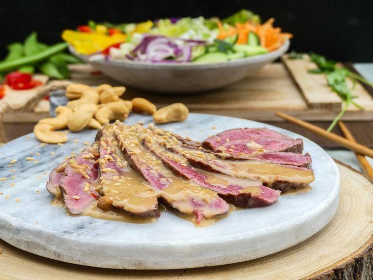 Thaise pinda crunch salade met biefstuk