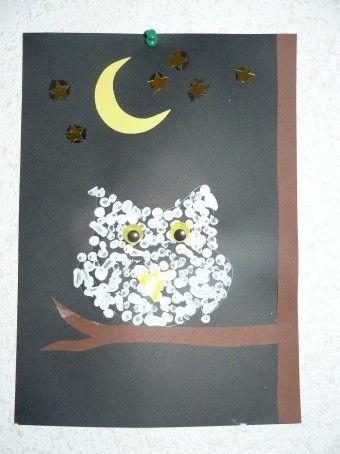 Hibou à pois blancs réalisé avec peinture au coton tige. Pour enfant de niveau maternelle.