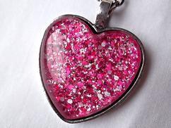 Zelf sieraden maken met sieradenhars, glitters en hart hangers.