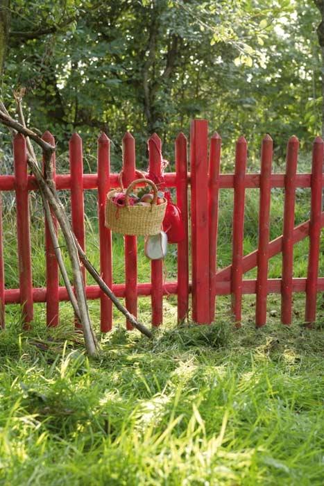 autres idées pour rendre la barrière plus sympa : la couleur et un panier de fruits ou de fleurs suspendu