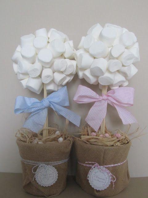 Originales 'arbolitos' con algodones de azúcar como centros de mesa para comuniones.