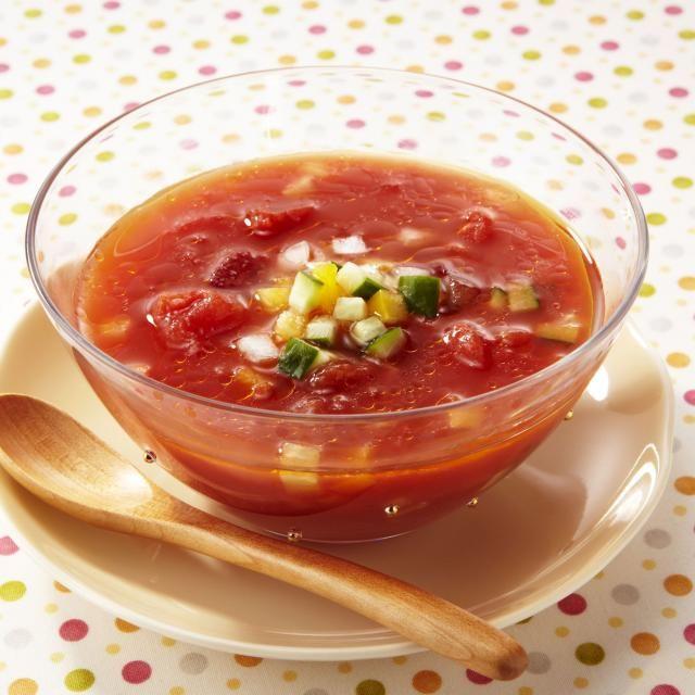 きりっと冷やしておいたカゴメ「カットトマトfor Cooking」のパックを開けて、上部のスペースにスパイス・ハーブ・調味料を加えて混ぜるだけ♪ 爽やかな冷製スープです。 - 100件のもぐもぐ - まぜるだけ!冷製トマトスープ(ガスパチョ) by カゴメトマトケチャップ