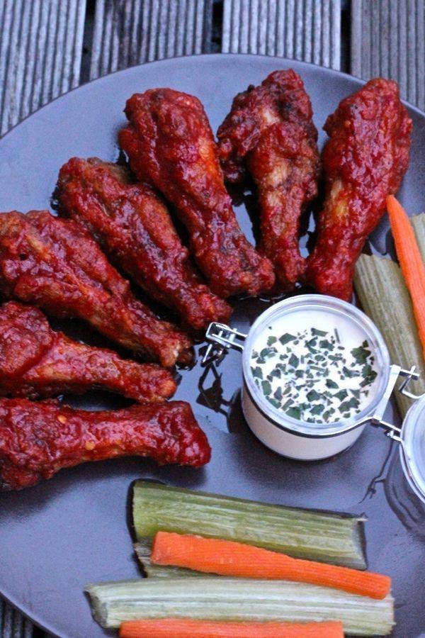 Buffalo Wings américaines (Après les avoir frites, les ailes de poulets sont tremper dans une sauce chili beurrée et épicée et servit avec ce qui reste dans la cuisine : du céleri, des carottes et du fromage bleu)