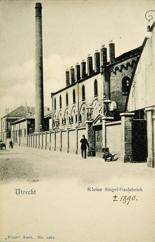 De gemeentelijke gasfabriek - 1890 In 1860-1862 liet de gemeente een gasfabriek bouwen aan de Blauwkapelseweg, op de plaats waar nu het Griftpark ligt. Toen was dat nog een landelijk gebied, waar boeren en tuinders fruit en groente verbouwden voor de Utrechtse stedelingen. De fabriek, op de foto van circa 1890 afgebeeld vanaf de Kleine Singel, lag niet ver van de Veevoederfabriek Hooghiemstra en het Vaaltterrein, de vuiloverslagplaats aan de Biltsche Grift.