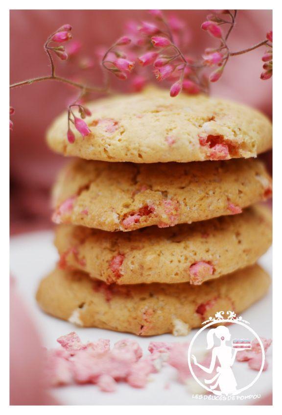 Une envie de cookies? 180 g de farine 90 g de cassonade 1 œuf 1 cuillere à café de vanille 100 g de beurre à température ambiante 100 g de chocolat blanc concassé 130 g de pralines roses conc…