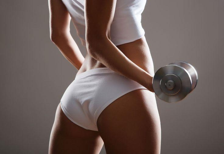 Kvinde med stram numse og en håndvægt