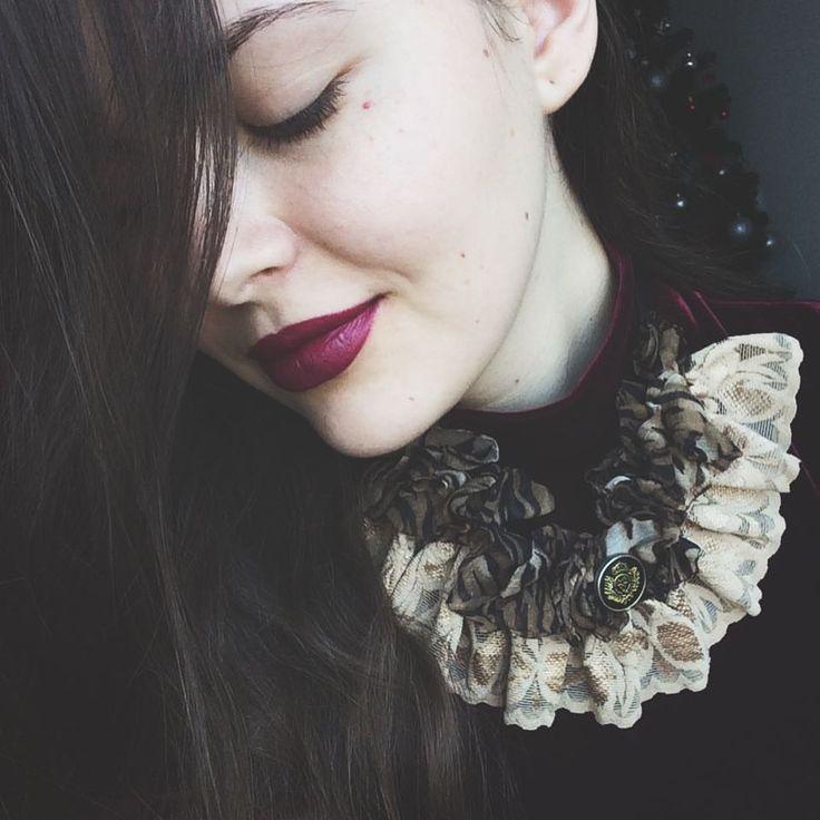 """173 aprecieri, 1 comentarii - Ana •CREATIVE POSTS• (@solnitacuvise) pe Instagram: """"Ținuta perfectă. Seară. Liniște. Detalii. Catifea culoarea vișiniu putred, ruj asortat și un colier…"""""""