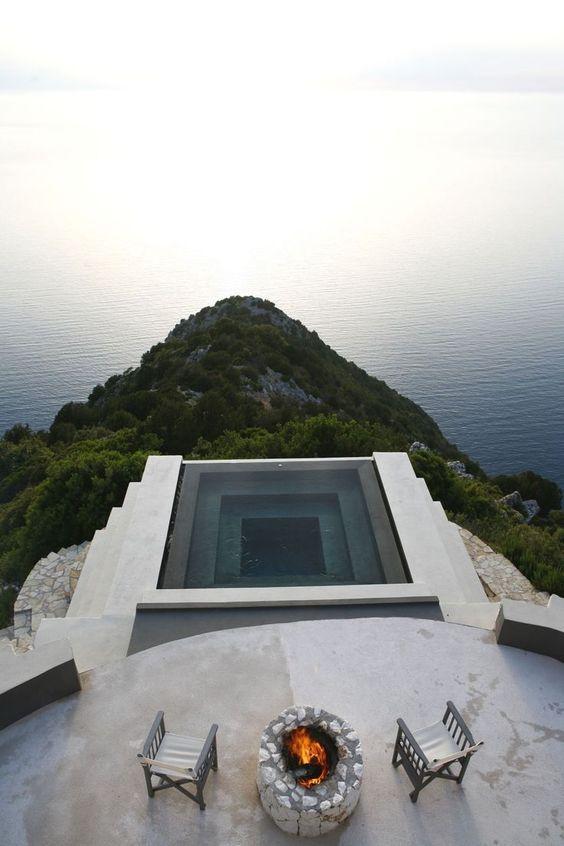 Surélevée au-dessus des montagnes et de la mer, cette piscine est incroyable.