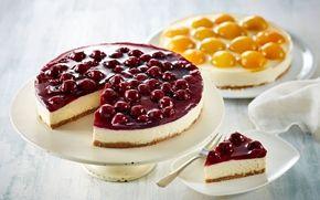 Flødeostekage Den legendariske ostekage med den nemme sprøde kiksebund og kirsebær i gelé kan den dag i dag gøre mange bløde i knæene.