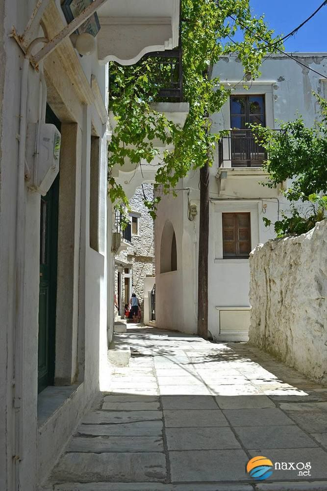 Walking along the picturesque alleys of Apeiranthos.