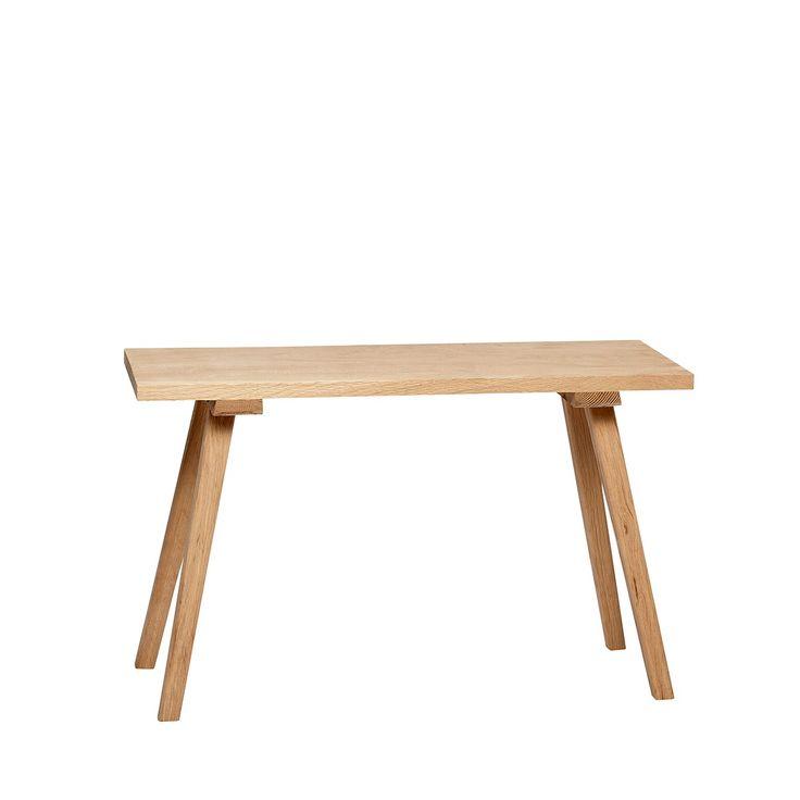 D'une longueur de 80 centimètres, ce banc en chêne de la marque danoise Hübsch pourra servir de banc d'appoint dans un salon, de bout de lit dans une chambre à l'esprit scandinave, de desserte dans une cuisine, ou de table de chevet dans une chambre... Ce banc en chêne s'adaptera à votre intérieur et il pourra avoir de nombreuses utilisations. Dimensions : L 80 cm x P 27 cm x H 48 cm