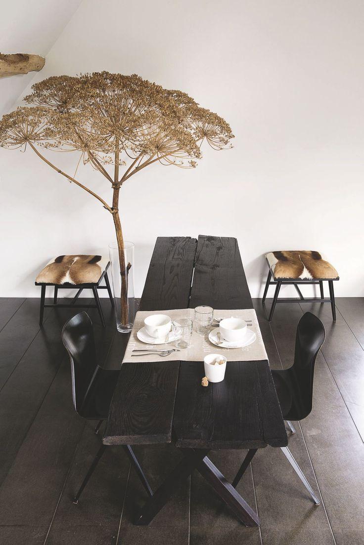 Une salle à manger en osmose avec l'extérieur. Plus de photos sur Côté Maison http://petitlien.fr/7e0g