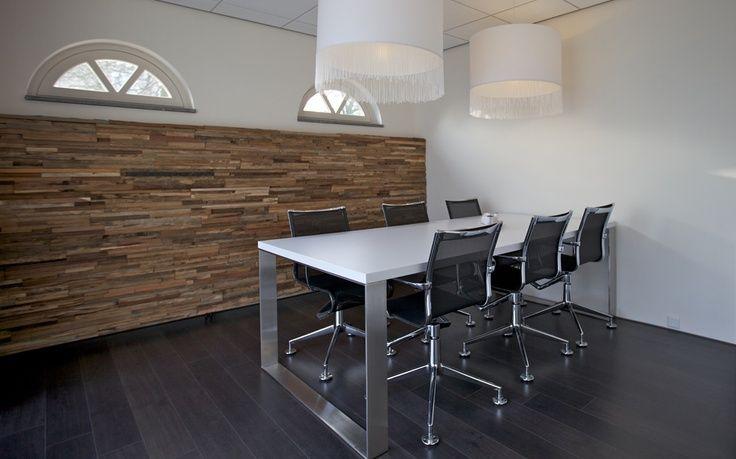 Wand van recycled hout van Wonderwall Studios