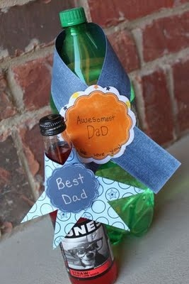 Add a little extra something to make your gifts complete such as this drink wrap (:  : Wraps Tutorial, Gift Ideas, Father'S Day, Fathers Day, Crafts Blog, Drink Wraps, Craft Ideas