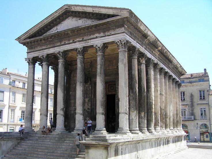 """Los templos romanos eran similares a los templos griegos. Sin embargo, añadían algunos elementos nuevos: - Estaban construidos sobre una plataforma o """"podium"""". - Solo tenían una zona por la que se podía acceder. - Se encontraban a ves cubiertos por cúpulas, como el Panteón de Roma. En la imagen, la """"Maison Carrée"""" en Nimes (Francia)."""
