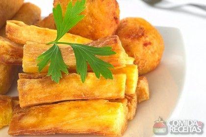 Receita da famosa mandioca frita, combinação em muitos pratos em todo o país