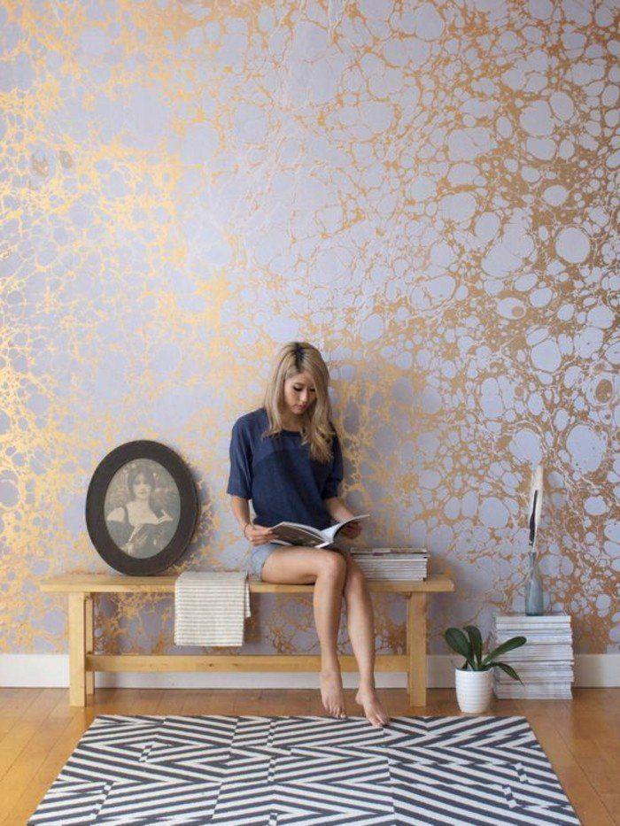 une tapisserie 3D à effet faut marbre, décoration murale dorée