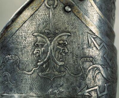 Detalj på Erik XIV paradrusnings armskena. // Detail of Erik XIV's gardbrace //  (http://emuseumplus.lsh.se/eMuseumPlus?service=ExternalInterface&module=literature&objectId=39577&viewType=detailView)
