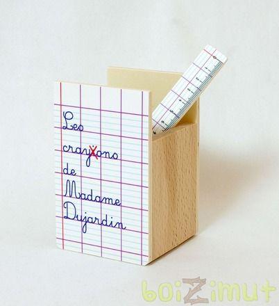 Un cadeau utile qui fera très plaisir à l'enseignant de votre enfant, notre pot à crayon personnalisé avec le nom du maître/ de la maîtresse!   Au recto, un panneau de bois - 14710113