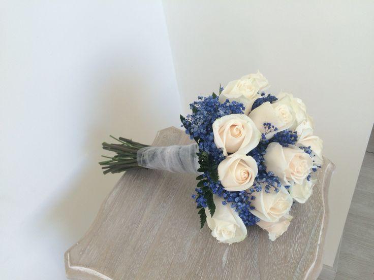 Ramo de novia rosas vendela y paniculata azul