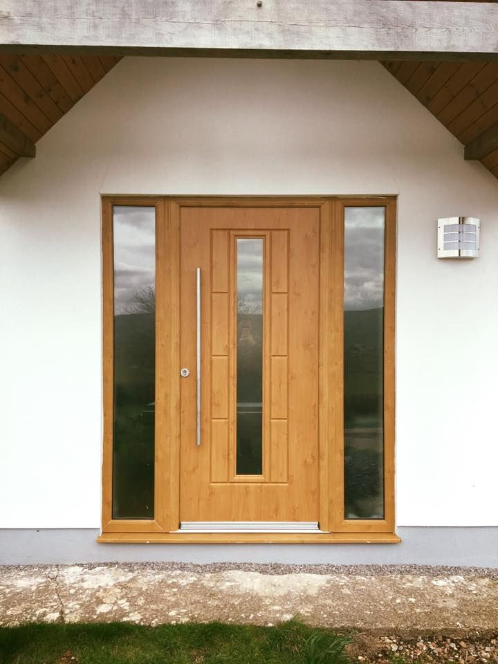 A striking vermont in Irish Oak fitted with a clear glass panel to match the two glass side panels. #Rockdoor #Oak #Vermont