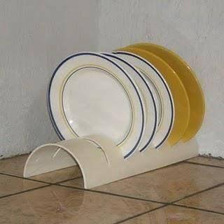 ESCURRIDORES. Reciclando un caño de PVC y cortándolo al medio puedes hacer estos prácticos escurridores, sólo tienes que hacer unos cortes para poder colocar los platos.