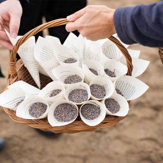 Un lancer parfumé à l'église c'est possible !  Fabriquez des petits sachets de lavande pour vos invités. Source : http://meaganfox.blogspot.fr/