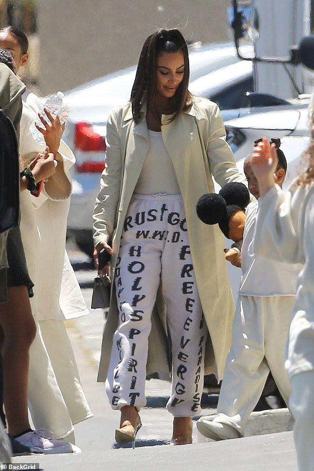 Kim Kardashian Leaves Kanye S Sunday Service In Trust God Sweats Kim Kardashian Outfits Kardashian Outfit Kim Kardashian Style