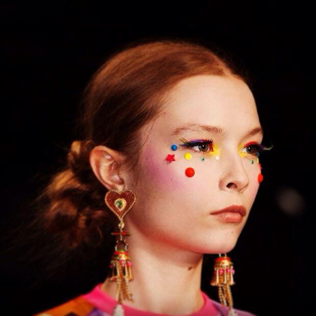 Manish Arora, estilista indiano, apresentou sua coleção no Paris Fashion Week. Estilo étnico com toques de candy style e foco na make colorida. Idéias para o carnaval?