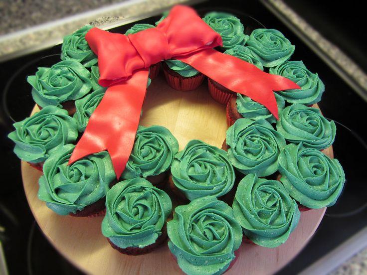 Origineel kerstgebak of kersttoetje maken? Deze kerstkrans gemaakt van cupcakes doet het altijd goed. Bekijk het recept + de instructie.