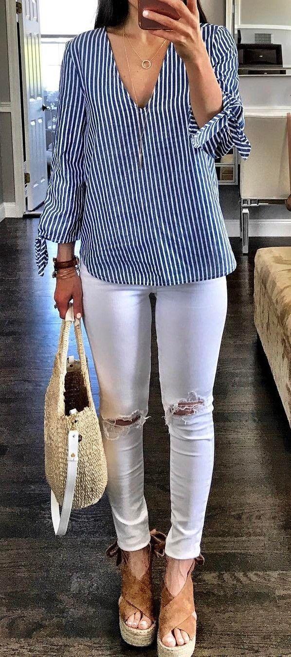 #summer #outfits Blusa rayada + pantalones vaqueros flacos blancos + bombas marrones