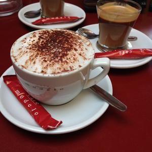 Delicioso capuccino en el Café Modelo de la Línea de la Concepción
