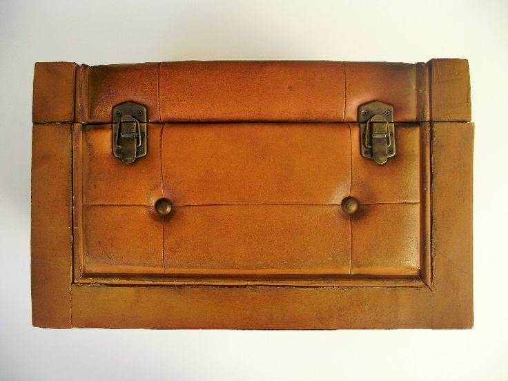 Προτάσεις πάντα ελληνικές, διακοσμητικά από ξύλο και δέρμα , όπως τα ξύλινα κουτιά μας και τα μπαούλα μας για μοντέρνα και παραδοσιακά σπίτια http://amalfiaccessories.gr/home-decor/