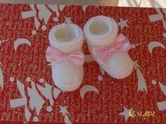Oggi vi proporremo un semplicissimo schema di un paio di scarpette per neonato in lana, calde e comode per affrontare questo inverno gelido! Servono solo 50 gr di lana bianca e un ferro numero 3.