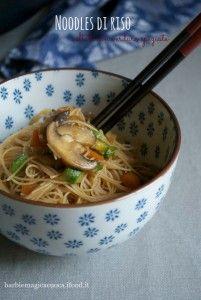 Noodles di riso saltati con verdure speziate