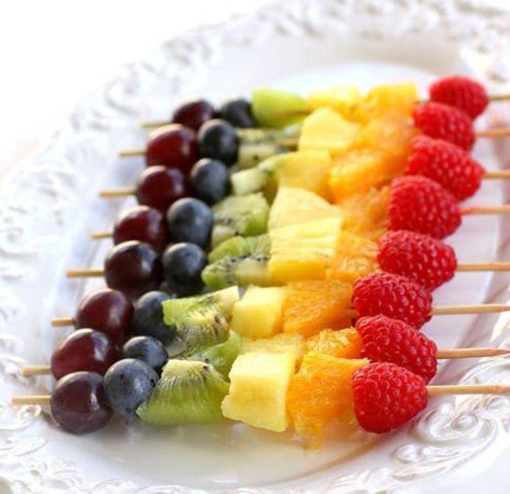 Pour leur donner envie de picorer à leur guise, on glisse sur de simples brochettes en bois des framboises, de l'orange, de l'ananas, du kiwi, des myrtille...