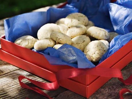 Förvara kakorna i burk med lock så håller de sig spröda.