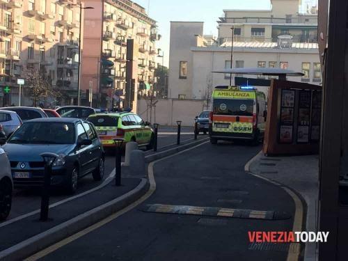 """Veneto: #Giovane #viene #accoltellato alla scapola sinistra: """"Volevano rapinarmi in via Torino a Mestre&#34... (link: http://ift.tt/2iPVD8y )"""