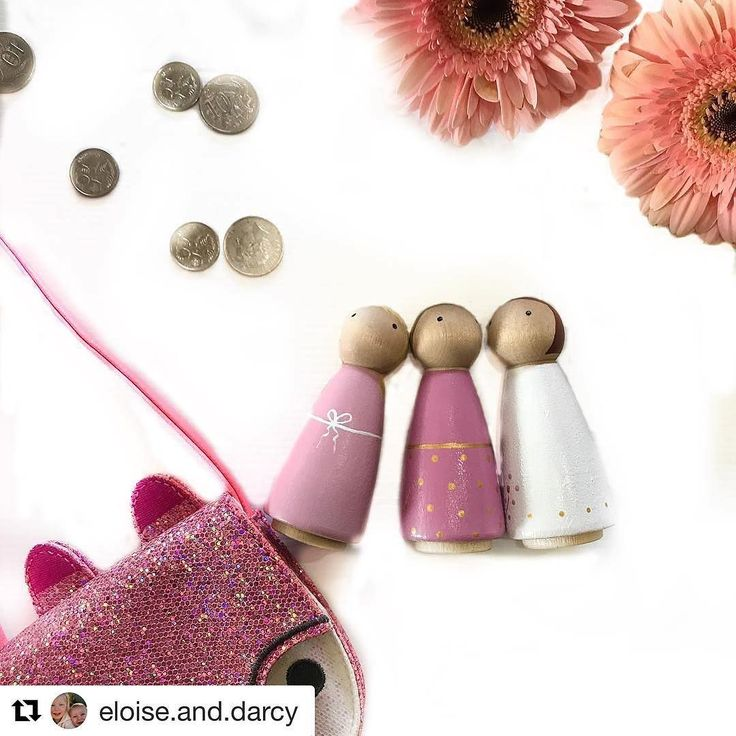 What's in your bag? Clearly Eloise has her essentials money and her pink Peggie's. Ready for the day.... Photo credit @eloise.and.darcy
