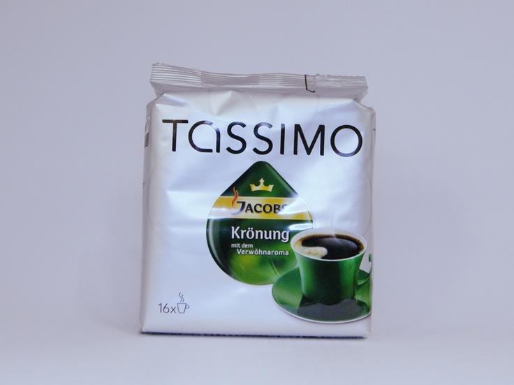 """Die Konkurrenz zwischen Portionskaffe-Systemen mit Kapseln oder Pads wie Nespresso, Tassimo oder DolceGusto und dem klassischen Kaffee aus Bohnen oder Pulver wird es wohl noch lange geben. In jedem Fall, sollte man versuchen aus der Kaffeemaschine den bestmöglichen Geschmack herauszuholen. Einen Beitrag dazu Leisten die """"Jacobs Krönung Tassimo""""-Kapseln, die das Aroma aus 100% Arabica-Kaffe der Marke Jacobs-Krönung in das Tassimo-System einführen. #tassimo #jacobs #coffee #kaffee #kroenung"""