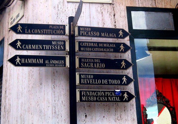 Señalética del casco histórico de Málaga. La tipografía serif empleada destaca por su elegancia.