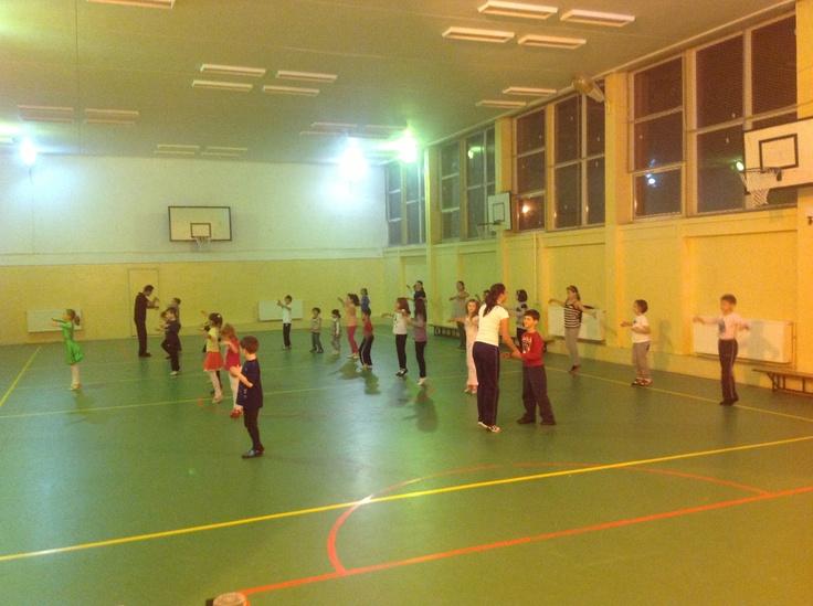Cursuri de dans pentru copii luni si joi incepand cu ora 19:00 grupa incepatori http://www.stop-and-dance.ro/cursuri_dans_pentru_copii.html