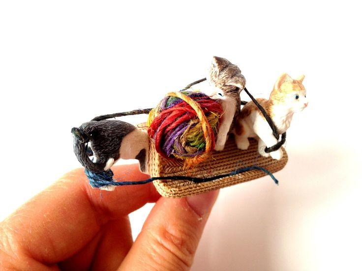 Ma bague LES 3 CHATONS, chatons miniatures jouant avec une pelote par saucisse : Bague par saucisse