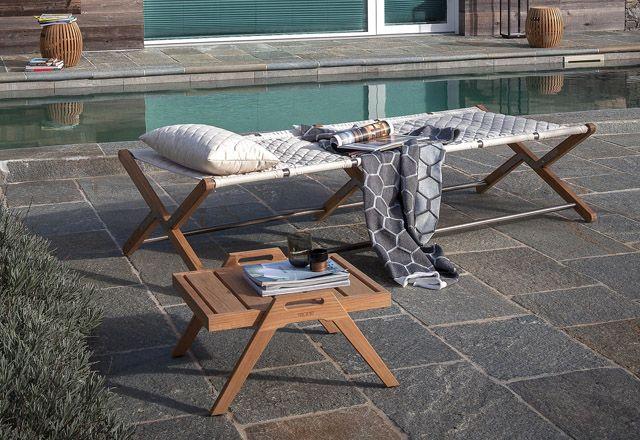 Camp Cot - Unopiu - Atelier du Store  Inspiré par les lits pliants utilisés par l'armée italienne pendant la Première Guerre mondiale, le lit de camp Camp Cot, pratique et polyvalent, est particulièrement adapté pour être utilisé à la plage ou en bord de piscine. Il est revêtu d'un Sunbrella, tissu matelassé doux au toucher et disponible en deux couleurs fraîches, en ligne avec les dernières tendances de l'habitat.   Découvrez ce produit sur notre site…