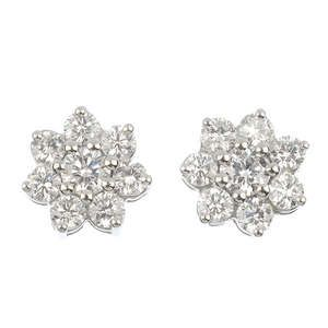 LOT:129 | A pair of diamond cluster ear studs.