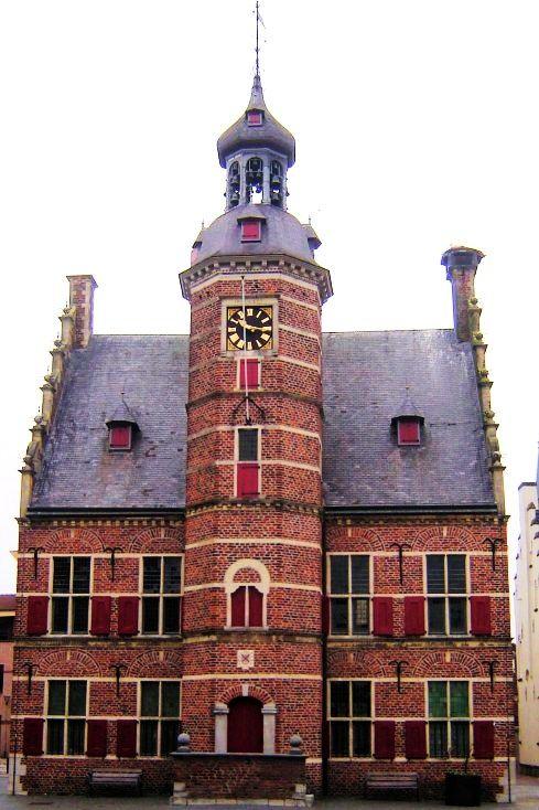 Blikvanger is het stadhuis, dat werd gebouwd tussen 1612 en 1620 door Meester Willem van Bommel. Het is versierd met een fraai torentje, rode luiken en trapgevels en dé trots van Gennep. Karakteristiek is de achtkantige traptoren midden in de renaissancegevel. Een imposanter bordes is ondenkbaar. In de toren hangt een carillon met 25 klokken. In het midden van de 19e eeuw vond men een witgepleisterd gebouw mooier en alzo geschiedde. De voorgevel werd in 1904 gerestaureerd.