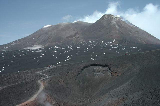 Etna Itálie Mezi roky 1916 až 1922 se v severní části kráteru vytvořil nový menší kužel, který zaplňoval centrální část původního kráteru eruptivním materiálem až vznikla rovná terasa, kterou zničil pozdější kolaps.
