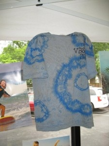 reverse tye-dye using colored t-shirt and bleach #diy #craft #tyedye #tiedye #tshirt #clothes #craft #summer #cool